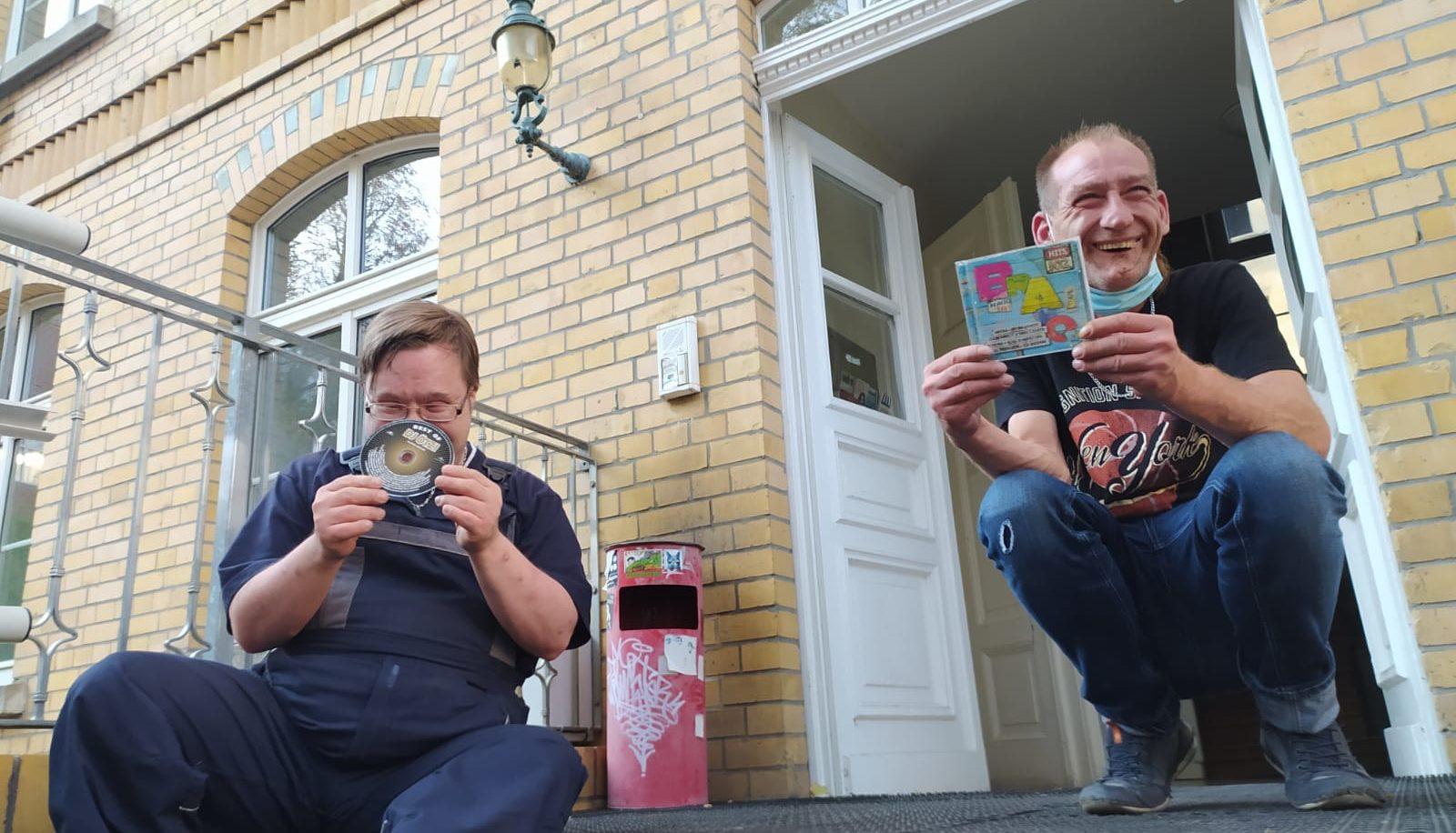 Titelbild: Die Autoren halten die im Text empfohlene CD in den Händen