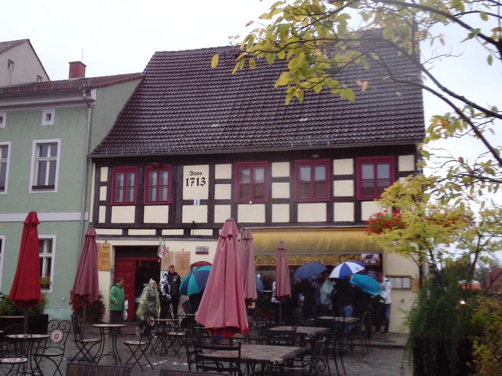"""Das Kaffeehaus """"Zeitlos"""" in Lübbenau bei regnerischem Wetter"""