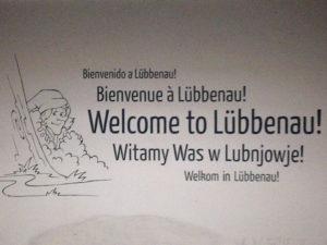 Ein Foto von einem Schild auf dem steht Willkommen in Lübbenau in verschiedenen Sprachen